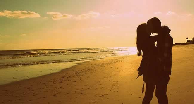 Silhueta-de-casal-na-praia