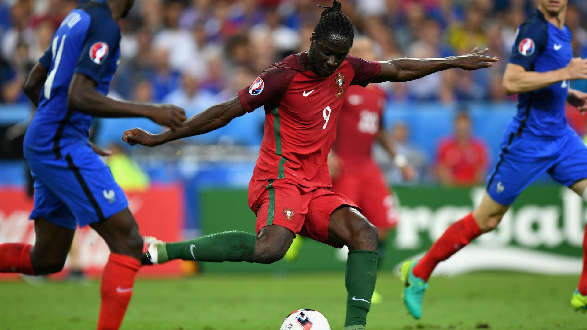 Atacante Éder no momento do chute que deu a vitória a Portugal