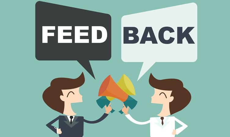 Pessoas participando de um feedback