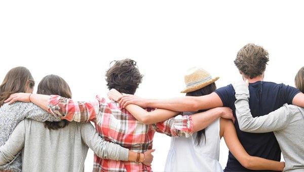cinco pessoas celebrando abraçadas