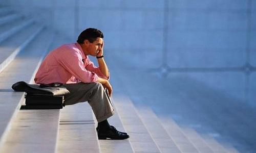 Homem pensativo sozinho